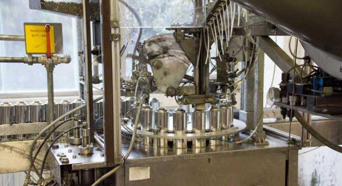 Maschine die Aerosole befüllt