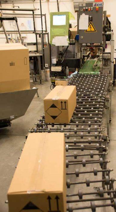 Fertige Pakete auf dem Rollband