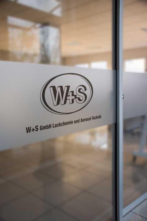 Tür mit Logo